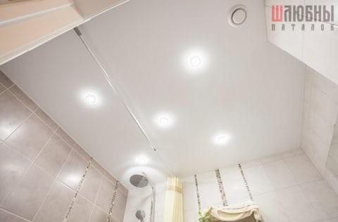 Одноуровневый сатиновый потолок в санузел